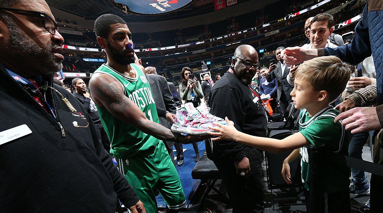 送鞋的時候總是抽出鞋墊,NBA球星為何這麼做?里面大有學問!